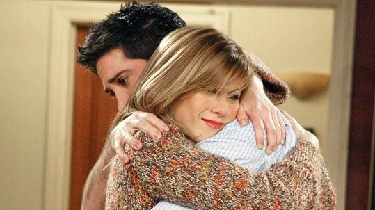 Jennifer Aniston a David Schwimmer jako Rachel a Ross v Přátelích