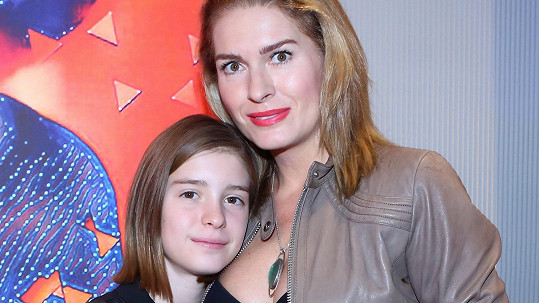 Olga Menzelová vzala na vernisáž dceru Aničku.