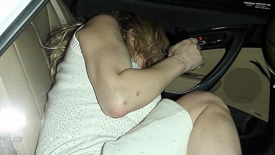 Courtney Love nezůstala v pátek večer na nealku.
