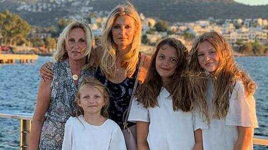 Tereza s maminkou Alenou (vlevo) a dcerou Minou (druhá zprava).