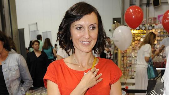 Radka Fišarová patří k nejdrobnějším zpěvačkám na českých pódiích.