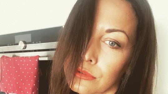 Agáta Prachařová se obešla bez kadeřnice.