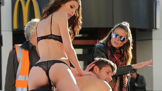 Heidi Klum režírovala sexy focení na ulici v Hollywoodu.