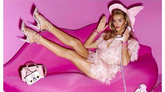 Rosie Huntington-Whiteley dokázala, že dokonalého Barbie vzhledu lze dosáhnout i bez plastik.