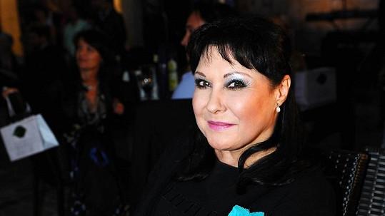 Dáda Patrasová vyrazila do společnosti v sexy punčochách.