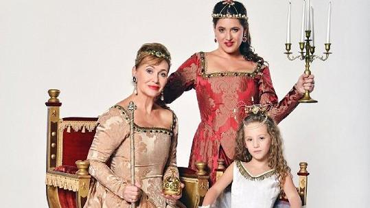 Třígenerační fotka. Petra Černocká jako královna, Bára Vaculíková jako její urozená dcera a vnučka Olivia Coco jako princezna.