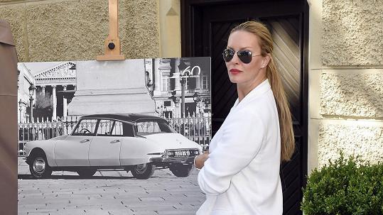 Simona se zamilovala do Fantomasova auta.