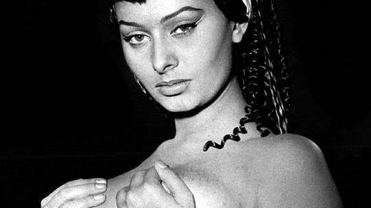Sophia Loren v jedné ze svých rolí. Bylo jí šestnáct a hrála konkubínu v harému.