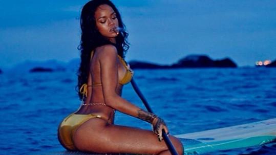 Rihanna zvládla pádlovat i potahovat z jointa...