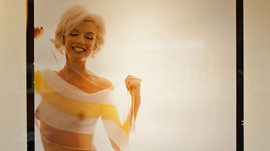 Marilyn Monroe se schovávala pouze za průsvitnou šálku.