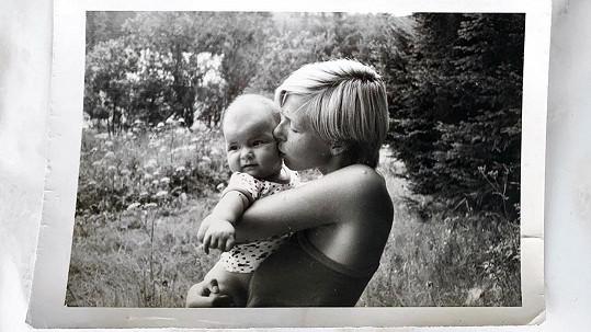 Na archivní fotografii vypadá maminka Moniky Marešové velmi mladistvě.