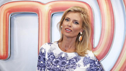 Daniela Peštová jako moderátorka kulinářské show MasterChef.