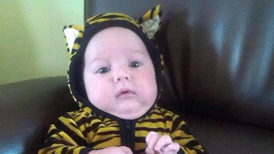 Quentin Kokta musí příkazem matky Ornelly nosit tyto tygří dupačky.
