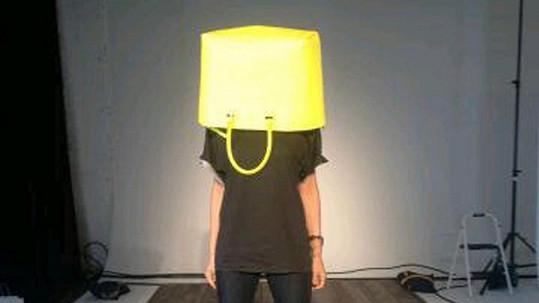 Která hvězda se uniká před stresem schováním hlavy do tašky?