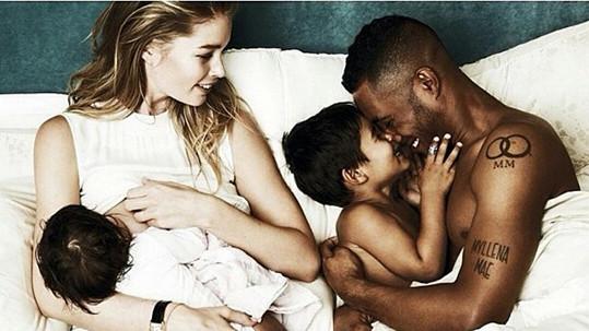 Chvíle pohody s manželem a dětmi u Doutzen v posteli