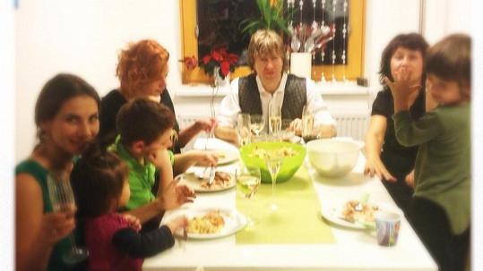 Tak velká rodina se u stolu hned tak nevidí