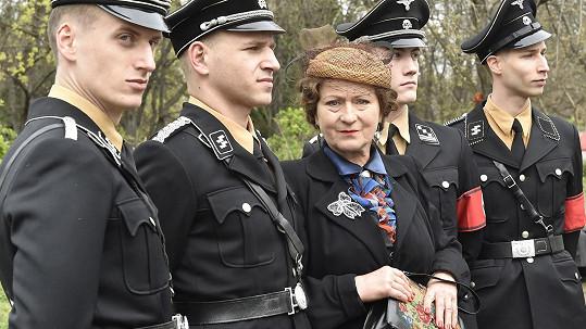 Simona byla v obležení statistů v uniformách SS poněkud nesvá.