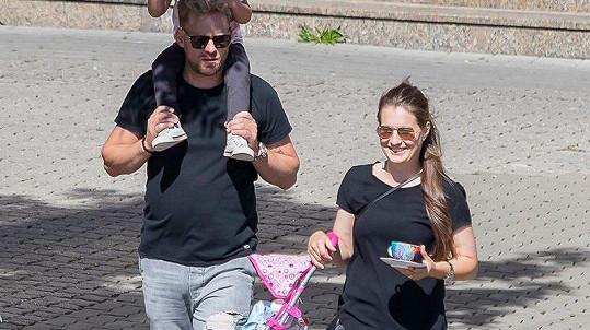 Jakub Prachař s dcerou Miou a pohlednou brunetkou na festivalu ve Zlíně