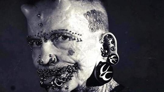 Němec Rolf Bucholz (54) je držitelem světového rekordu v počtu piercingů.