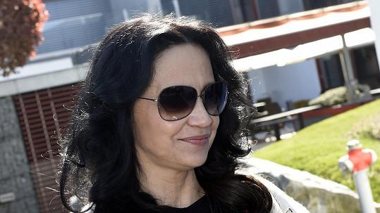 Lucie Bílá pořád nosí sluneční brýle.