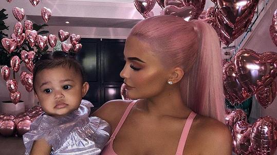Kylie Jenner dcerku Stormi patřičně rozmazluje.
