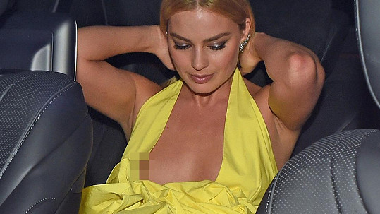 Margot Robbie zradily odvážné šaty.