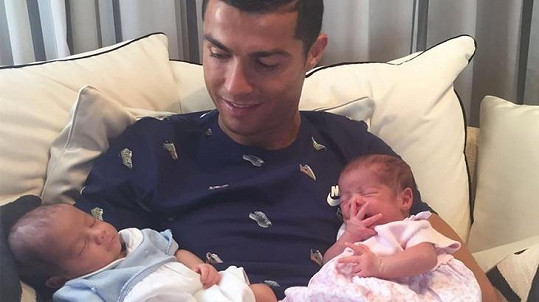 Cristiano Ronaldo a jeho dvojčátka