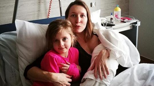 Tereza Bebarová s šestiletou Klaudií a novorozenou Sofií
