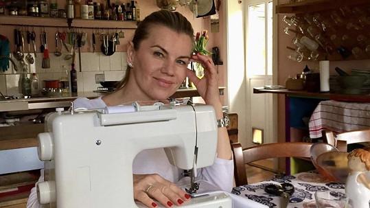 Leona Machálková se v karanténě pere se šicím strojem při výrobě roušek.