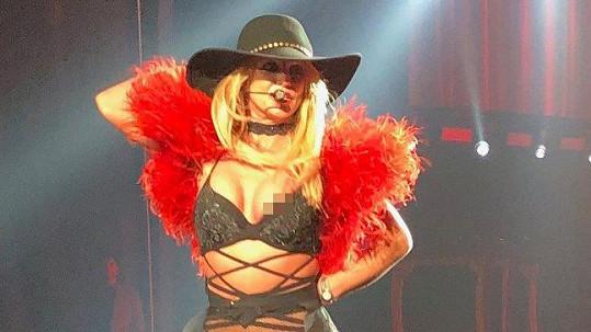 Britney jako bonus ukázala bradavku.