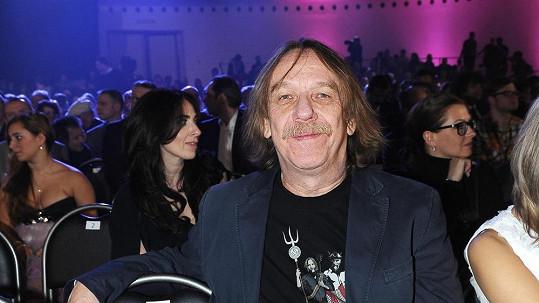 Jaromír Nohavica má důvod k úsměvu. Lidé ho milují, a proto vydělává majlant.
