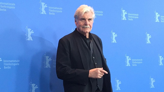 Peter Simonischek převzal na Berlinale cenu za Jiřího Menzela.