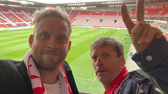 Jakub Prachař s tátou Davidem Prachařem chodí skoro na každý zápas Slavie.
