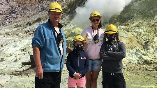 Rodinka Adamců na aktivním vulkánu Whakaari