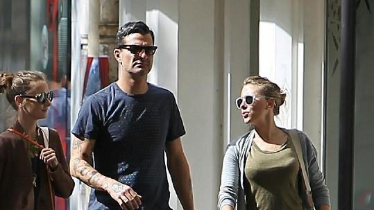 Scarlett Johansson na archivním snímku s dnes již bývalým přítelem Natem Naylorem.