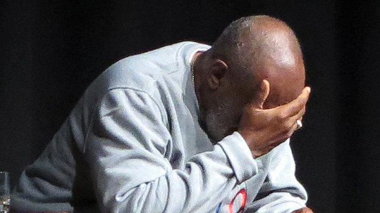 Bill Cosby čelí obvinění ze znásilnění.