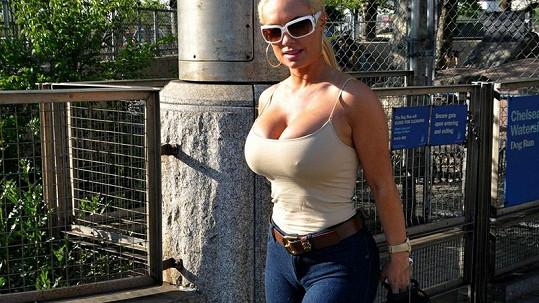 Manželka rapera Ice-T venčí buldoky v odvážném outfitu.