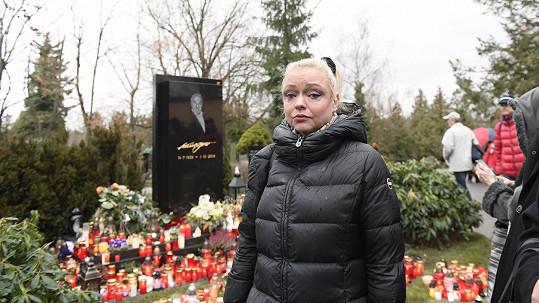 Dominika Gottová u hrobu svého otce