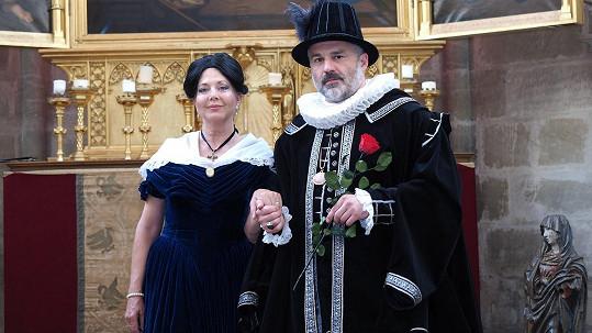 Marie Tomsová si jako Božena Němcová dala v zámecké kapli dostaveníčko s Petrem Vokem