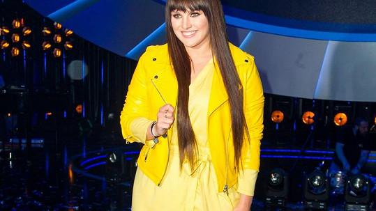 Jsou to šaty nebo župan? Ta žlutá bundička to také vůbec nevylepšila.