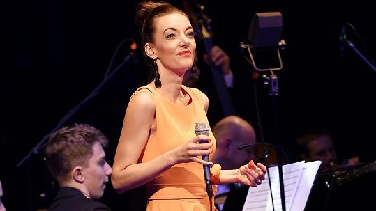 Dasha vystoupila na galakoncertu Posta českému swingu.