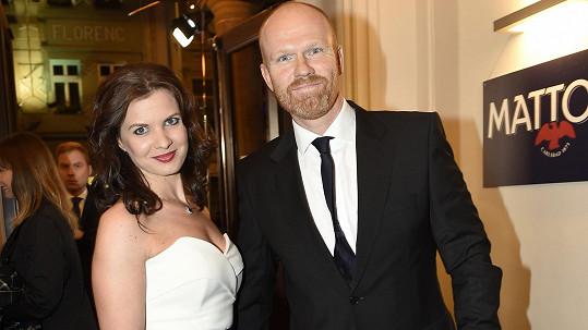 Aneta Stolzová do společnosti poprvé vyvedla manžela Alana.