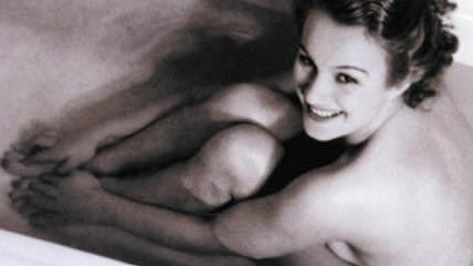 Adina se nikdy příliš nestyděla. Takhle se nechala nafotit ve vaně svého luxusního bytu v Hlaholu ve druhé polovině třicátých let.