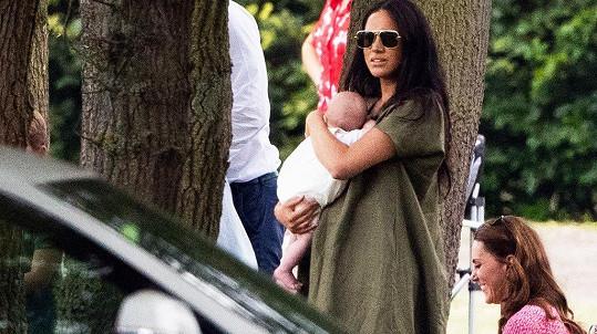Vévodkyně Kate a Meghan s dětmi sledovaly charitativní pólo.
