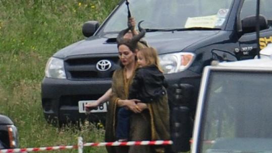 Angelina Jolie s Knoxem uprostřed natáčecí pauzy.