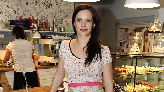 Kristýna Leichtová je krásná i v zástěře.