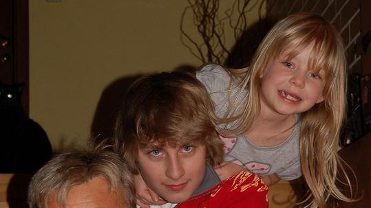 Ivoš a Ema jsou děti známého českého zpěváka.