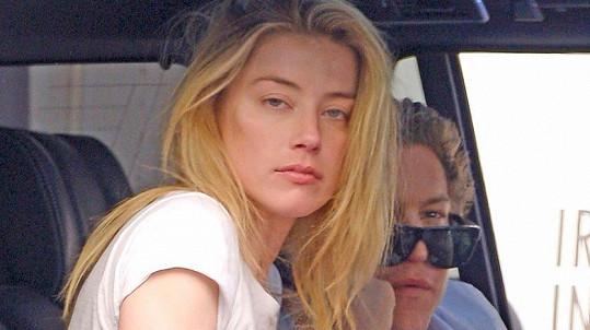 Amber a Vito spolu byli přistiženi v autě.
