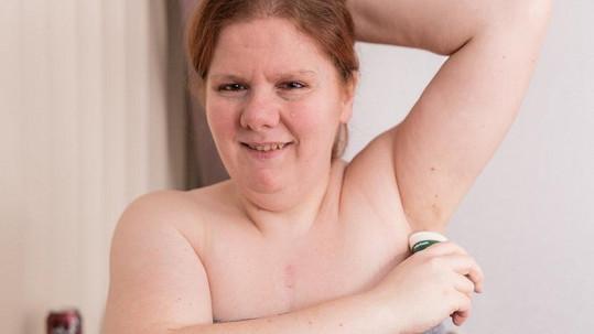 Kelly se sprchuje několikrát denně, zápach přesto nezamaskuje.