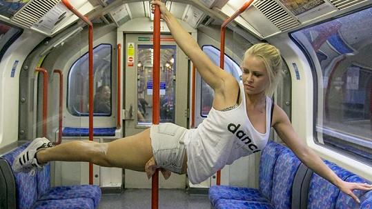 Amber se vrhla i na natáčení videí s tréninky pole dance na netradičních místech.